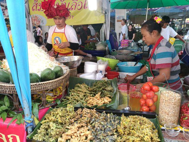 einer der vielen Essensstände am Festival in Chinatown, frittiertes Gemüse