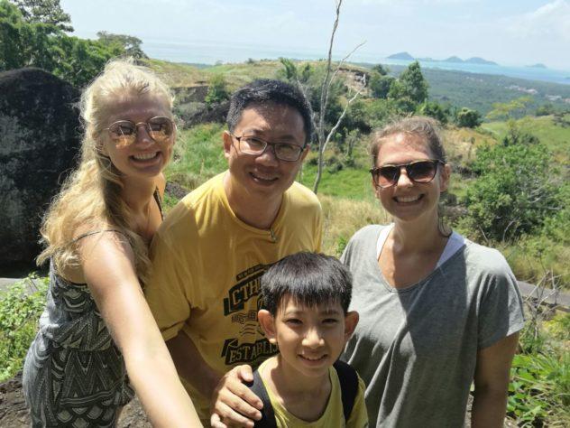 June, Andy, sein Sohn Gerry und ich am Berg Bukit Tengkorak