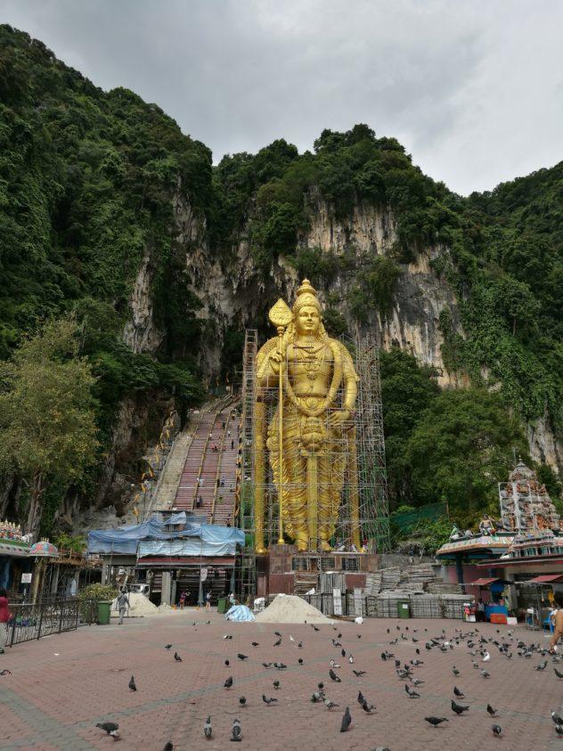 Eingangsbereich der Batu Cave mit der Statue des Königs Murugan