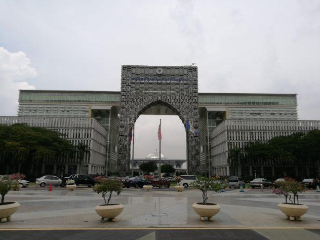 Stadtverwaltungsgebäude mit der Metall-Moschee im Hintergrund