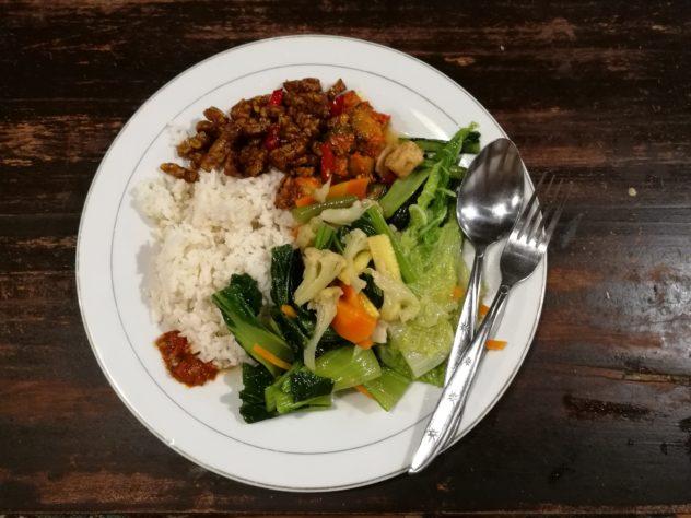 Abendessen vom indonesischen Buffet - Reis, leckere Gemüseeintöpfe und Tempeh
