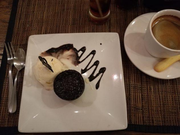 Lava-Cake mit Vanilleeis, dazu Kaffee, der fast schon wie zu Hause schmeckt