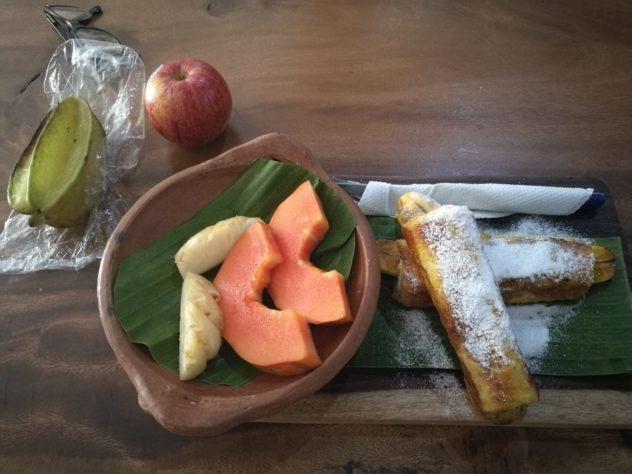 Frühstück - ganz nach meinem Geschmack! Überbackene Bananen und ganz viel frisches Obst